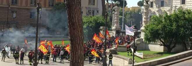 Protesta dei Vigili del Fuoco: fumogeni e sit in davanti al Viminale. Poi corteo fino a Montecitorio