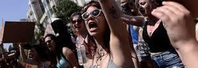 Manifestano migliaia di donne, rivendicano libertà di vestirsi senza essere oggetto di molestie e stupri