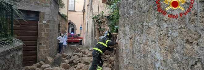 Orvieto, crolla muro di cinta di un giardino in via degli Orti. Nessun ferito, strada chiusa