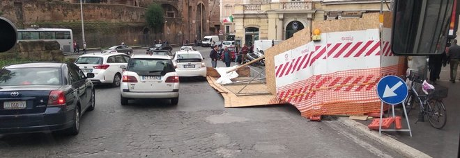 Roma, copertura di un cantiere sollevata dal vento danneggia un taxi: incolume il conducente