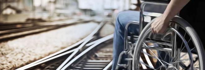 Offende un ragazzo disabile sul treno, poi si pente e chiede scusa: «Sono un imbecille»