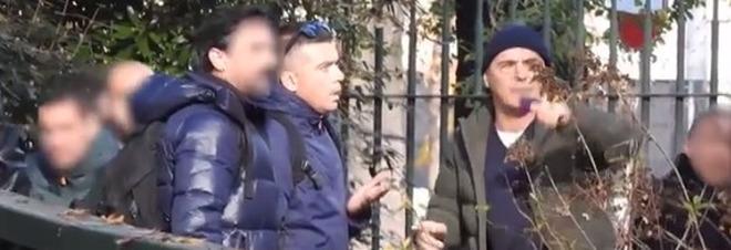 Luca Zingaretti, ecco il video della lite con i paparazzi al parco con Luisa Ranieri e le figlie