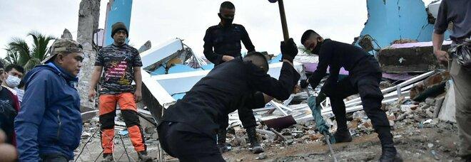 Terremoto Indonesia, forte scossa nella notte: almeno 34 morti, centinaia di feriti. «Molti ancora sotto le macerie»