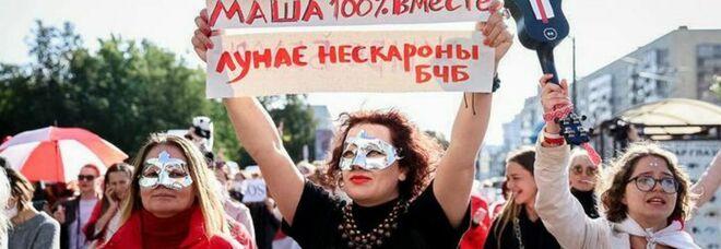 Le donne tornano a marciare a Minsk: migliaia in piazza tra scontri e arresti