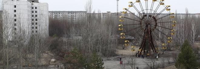 Chernobyl, brucia la foresta attorno all'ex centrale nucleare ucraina: la radioattività rallenta i vigili del fuoco