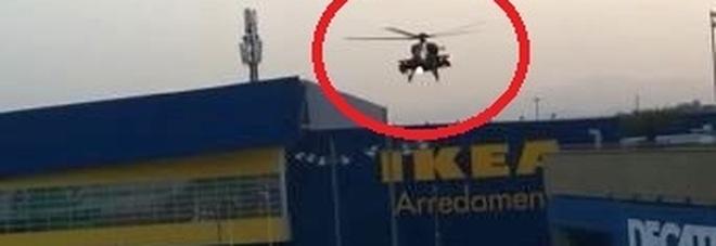 A Porta di Roma arriva l'esercito: un elicottero Mangusta atterra al centro commerciale