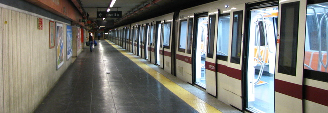 Roma, paura sulla metro A, minaccia passanti armato di coltello: arrestato romeno
