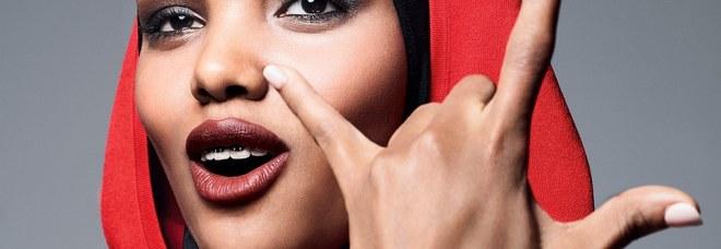 La giovane modella musulmana fa storia, sdogana il burkini e lo rende chic nel mondo