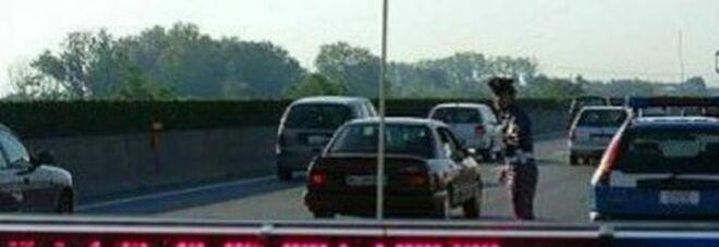Incidente ad Arezzo, auto sbatte contro muretto e finisce in un fosso: morti marito e moglie