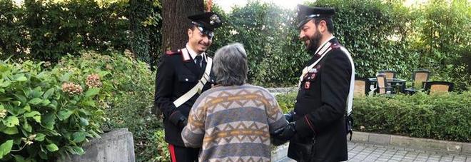 Sola in casa a Natale, 90enne chiama i carabinieri per avere compagnia