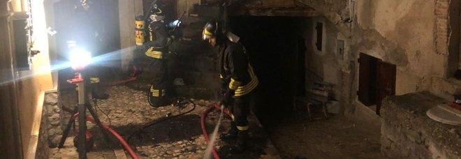 Caramanico, abitazione in fiamme: problemi per spegnere l'incendio