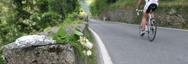 Ciclista trovato morto in strada a Roma, fatale un malore: aveva 42 anni