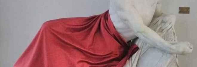 Statua coperta per un convegno islamico. Salvini twitta: «Solo a me sembra una follia?»