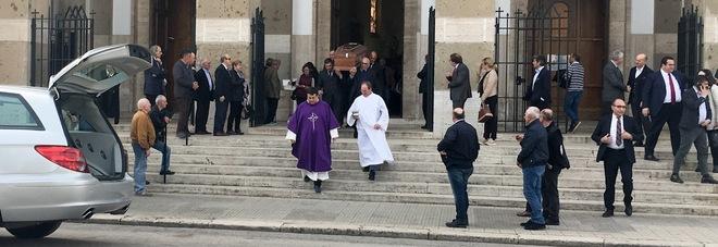 Il feretro dell'onorevole Stefano Zappalà esce dalla cattedrale San Marco al termine delle esequie (foto Andrea Apruzzese)