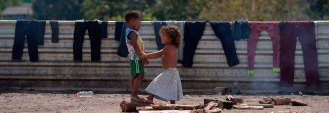 Bambini al confine tra Venezuela e Brasile