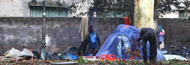 Favela a Colle Oppio, tornano i senza tetto davanti al Colosseo