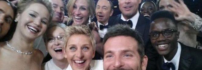 Oscar 2014, il selfie di Ellen DeGeneres diventa virale: la foto con le star in platea è la più ritwittata della storia