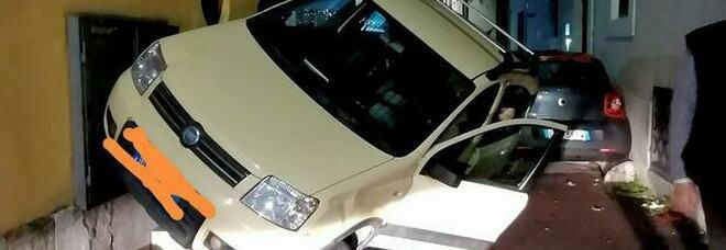 Rieti, incidente in pieno centro: l'auto rimane in bilico / Le foto