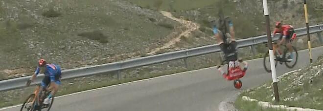 La bici si impunta in discesa, salto mortale di Mohoric al Giro d'Italia