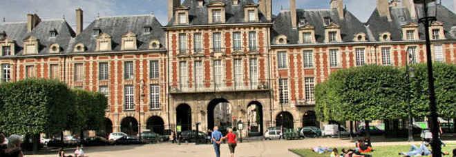 La seicentesca Place des Vosges, dove abitarono Maigret e lo stesso Georges Simenon