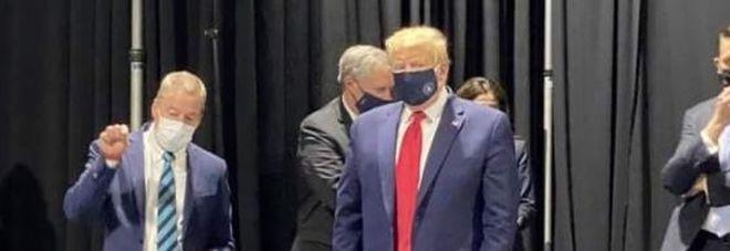 Coronavirus, Trump cede e indossa la mascherina in pubblico alla Ford