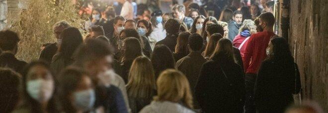 Roma, folla nelle zone della movida: scattano le chiusure a Ponte Milvio, San Lorenzo e Trastevere