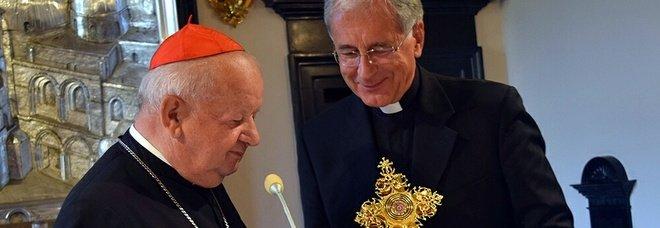 La reliquia di Giovanni Paolo II in mano a monsignor Boccardo