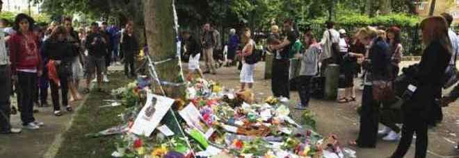 Fan e fiori davanti alla casa di Amy Winehouse (foto Sang Tan - Ap)