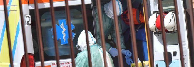 Como, operaio cade da un'altezza di 8 metri, resta infilzato nell'inferriata e muore a 47 anni