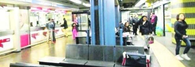 La panchina della metro su cui si era fermata la madre