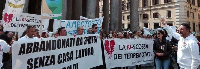 Montecitorio, terremotati in piazza: pronti a paralizzare l'Italia