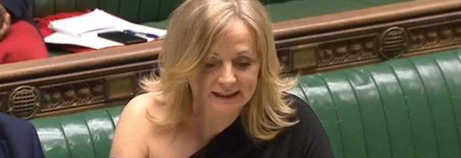 Deputata insultata per una spalla nuda in Aula. E lei risponde: «Non sono ubriaca o sgualdrina»