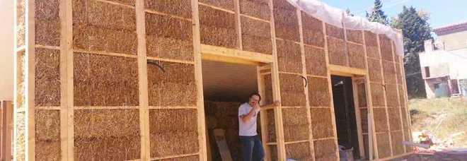 Avigliano umbro una casa in paglia la prima dimora a for Piani di casa di balle di paglia di struttura in legno