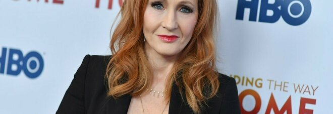 JK Rowling di nuovo accusata di transfobia, nell'ultimo libro un serial killer si traveste da donna per uccidere
