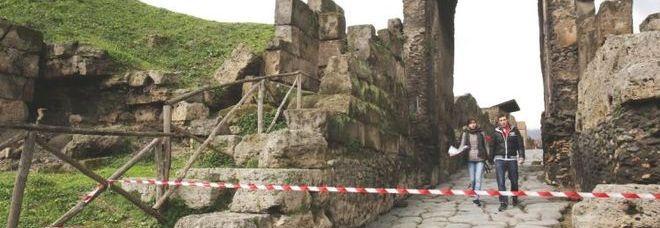 Allarme a Pompei, terzo crollo in 48 ore: cade il muro di una bottega