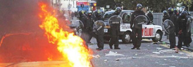 Agenti in tenuta antisommossa a Hackney