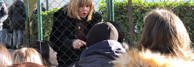 La preside tenta di parlare con i genitori arrabbiati (foto Sciurba)