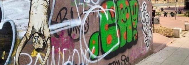 Salvini a testa in giù in un murale a Torino: «Che squallore, rispondiamo con le idee»