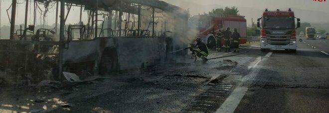 Caserta, autobus prende fuoco sull'autostrada A1