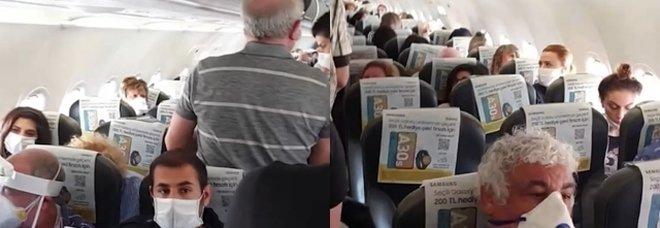 Volo affollato, in aereo senza distanziamento sociale: polemica sul web