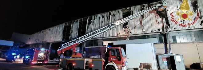 Frosinone, incendio all'alba in un capannone industriale dismesso