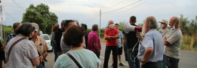 Albano, cittadini bloccano camion dei rifiuti: sindaco contestato dopo sopralluogo in discarica