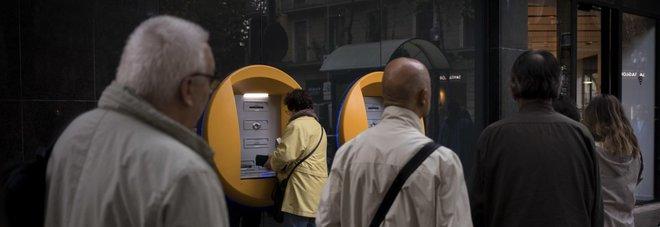 Catalogna, per protesta i cittadini ritirano 155 euro dai bancomat