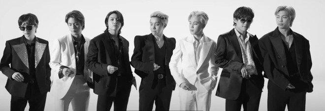 """Bts, il nuovo videoclip """"Butter"""" della band coreana dei record fa il botto: oltre 50 milioni di visualizzazioni in poche ore"""