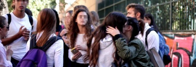 Roma, studente di 13 anni suicida a scuola, i compagni: «Ci ha detto ciao e si è buttato»