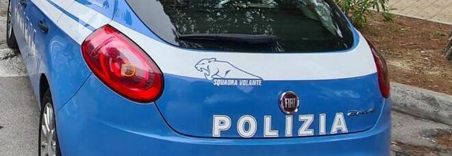Nettuno, aggredisce la moglie e i poliziotti: l'agente gli spara a una gamba per fermarlo