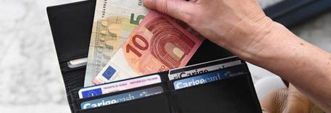 Trova portafogli con 35mila euro e lo restituisce. Il proprietario: «I risparmi di una vita»