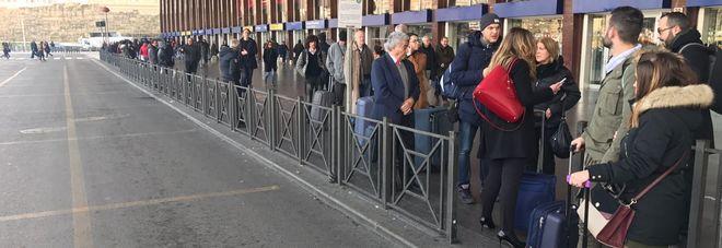 Niente taxi a Termini (foto Paolo Rizzo - Toiati)