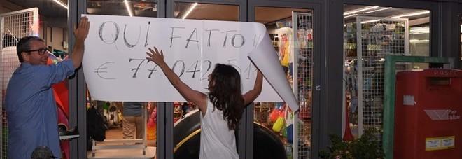 """Vince 77 milioni al Superenalotto: il """"Paperone"""" ritira il premio dopo 50 giorni"""