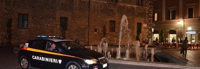 Malgrado sia ai domiciliari esce di casa e a bordo della sua auto tampona quella di un carabiniere poi da in escandescenze
